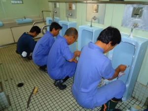 「一心ふらん」に清掃中。トイレ清掃に没頭する、まさに男の背中を見てください。