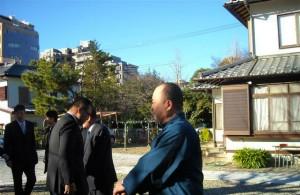 毎年1月4日、初顔合わせ会の前に稲荷神社にて新年の初祈祷を行います。