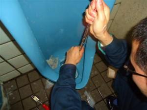 弊社のトイレ掃除をすると、度胸が身に付きます。この動作がまさに度胸が身に付く真骨頂です。